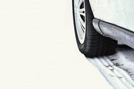 samochod-w-zimie-opona-na-zaśnieżonej-drodze-przy-złej-pogodzie_1161-752.jpeg