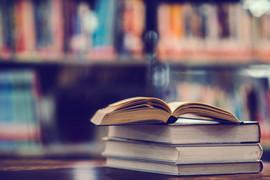 zarezerwuj-w-bibliotece-z-otwartym-podręcznikiem_1150-5918.jpeg
