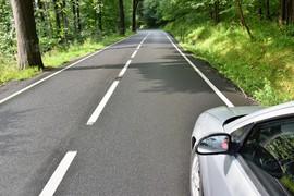 _samochod-zaparkowany-po-drogach-w-lesie__1161-118.jpeg