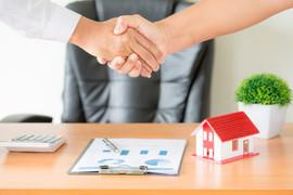 rece-agenta-i-klienta-uscisk-dloni-po-podpisanej-umowie-kup-nowe-mieszkanie_1150-14835.jpeg