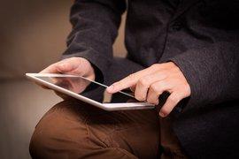 Osoba obsługująca tablet (pixabay.com).jpeg