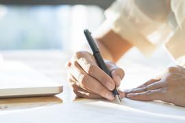 kobieta-azjatyckich-biznesowych-podpisanie-umowy-dokumentu-podejmowania-transakcji_1421-670.jpeg